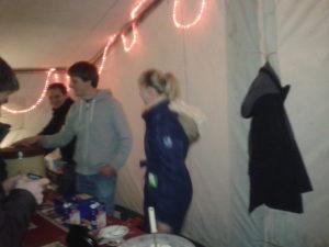 Punsch und Waffeln im Zelt