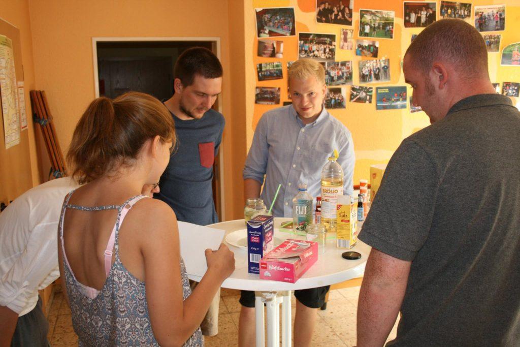 Spannende Experimente mit einfachen Haushaltsutensilien